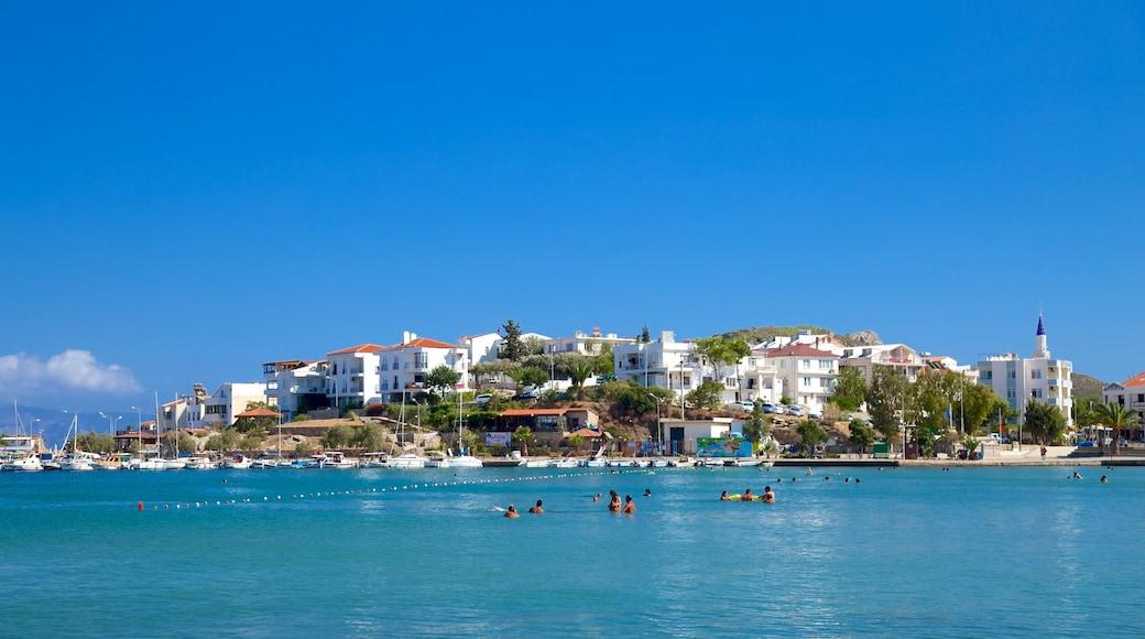Fährhafen von Datça das einen Küstenort und Schwimmen