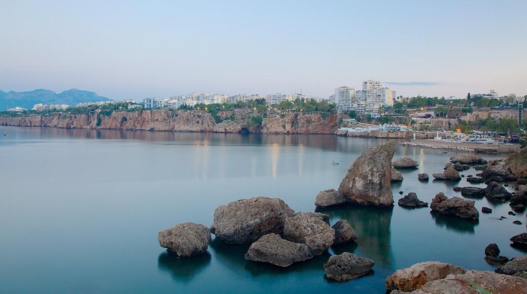 Marina de Kemer montrant côte rocheuse