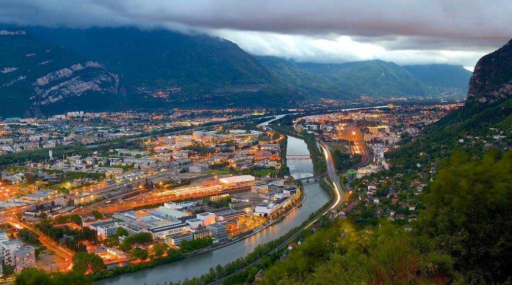 Téléphérique Grenoble-Bastille qui includes rivière ou ruisseau et ville