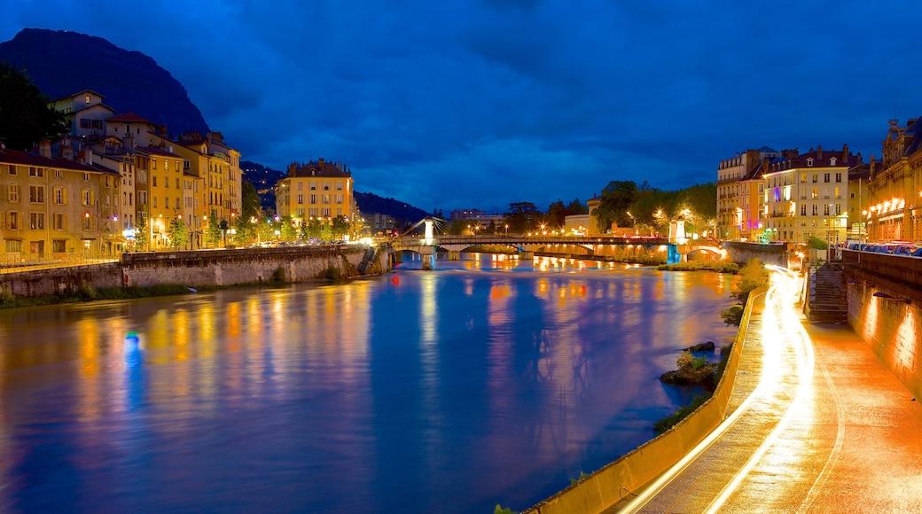 Téléphérique Grenoble-Bastille montrant ville, scènes de nuit et rivière ou ruisseau