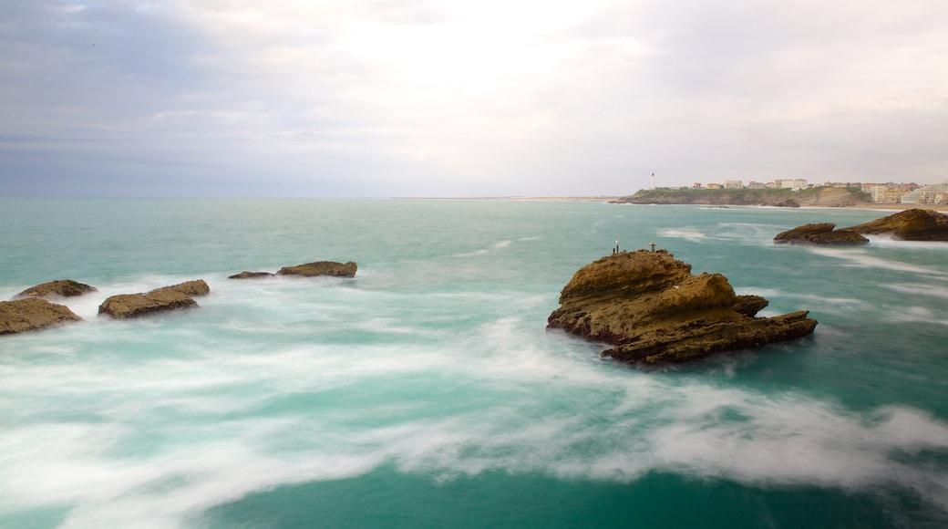 Roca de la Virgen mostrando litoral accidentado
