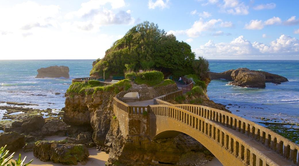 Biarritz mostrando arquitectura patrimonial, litoral accidentado y un puente