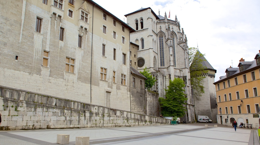 Chambery showing heritage architecture