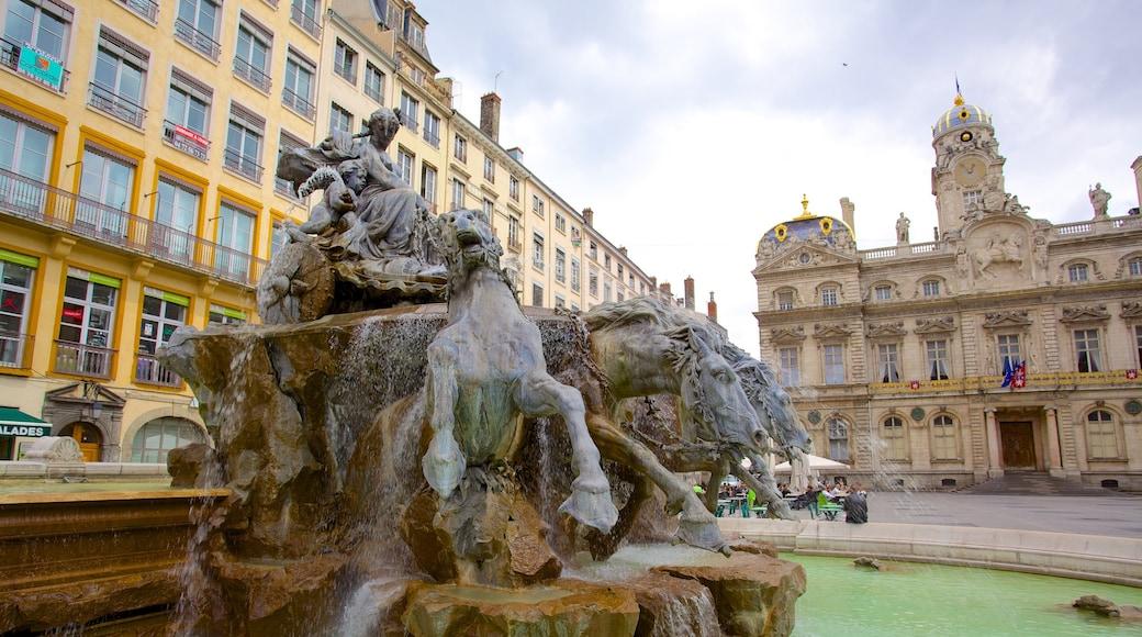Place des Terreaux qui includes statue ou sculpture, square ou place et patrimoine architectural