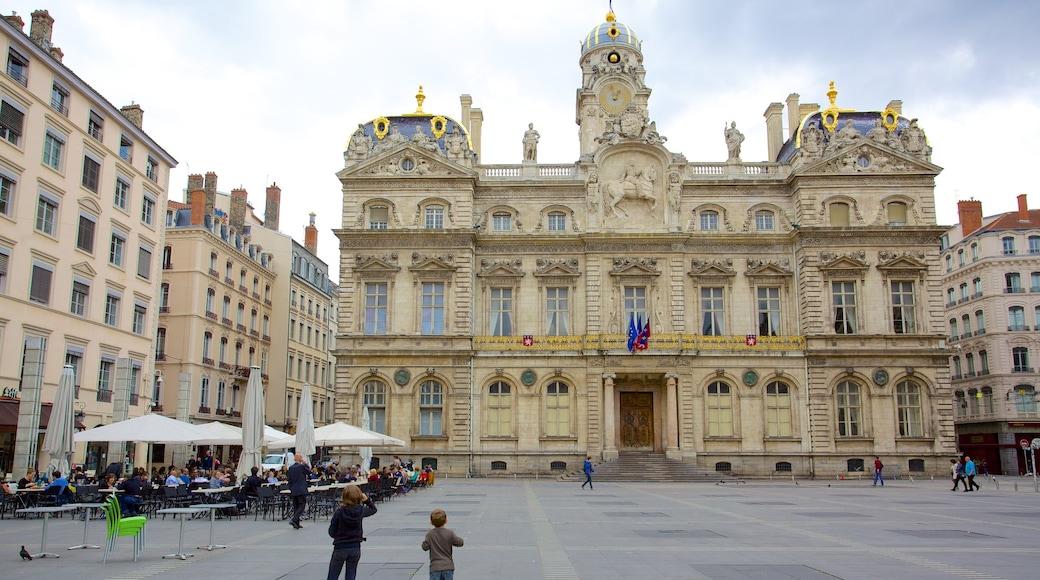 Place des Terreaux mettant en vedette patrimoine architectural, bâtiment public et square ou place