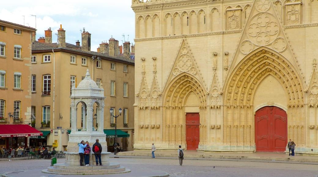 Kathedrale St. Jean das einen Platz oder Plaza, historische Architektur und religiöse Elemente