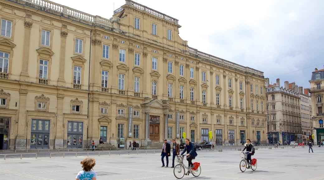 Musée des Beaux-Arts de Lyon qui includes vélo, scènes de rue et square ou place