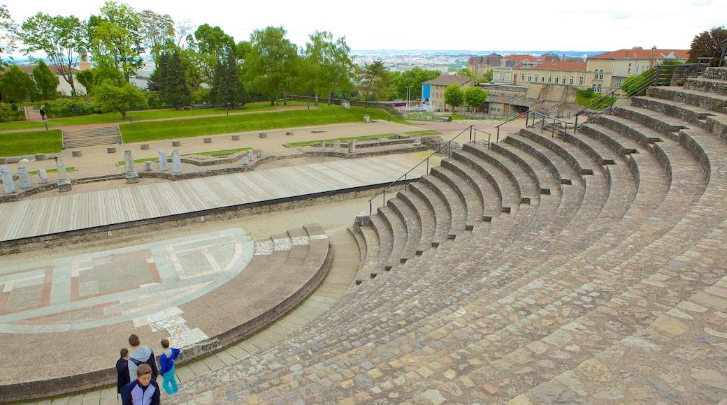 富維耶古羅馬劇場 呈现出 歷史建築 和 劇場環境
