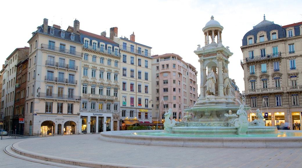 5.Arrondissement das einen historische Architektur, Platz oder Plaza und Springbrunnen