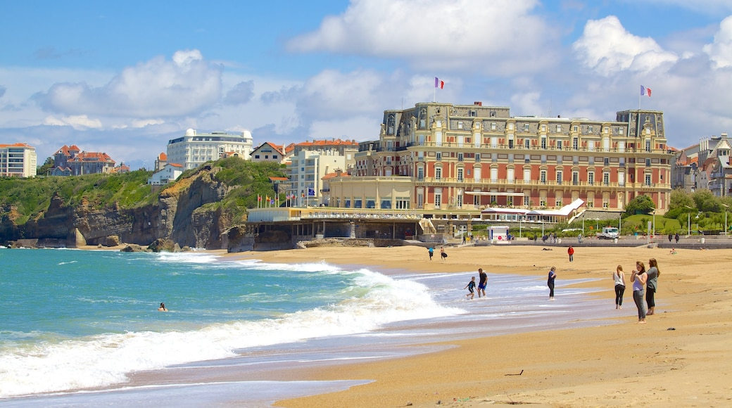 La Grande Plage ofreciendo una localidad costera y una playa de arena