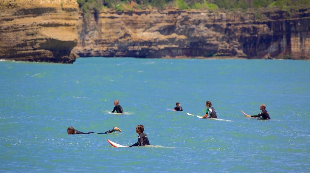 La Grande Plage ofreciendo surf y litoral accidentado y también un grupo pequeño de personas