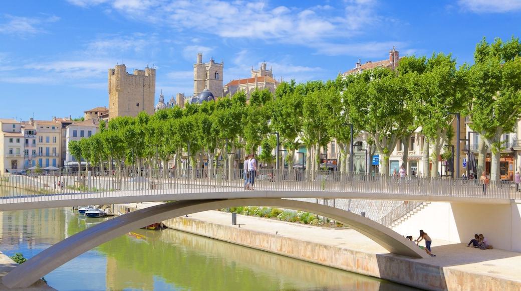 Narbonne mettant en vedette pont et rivière ou ruisseau