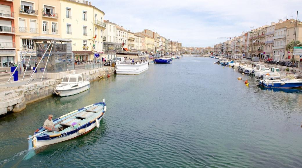 Sète mit einem Fluss oder Bach, Bootfahren und Stadt