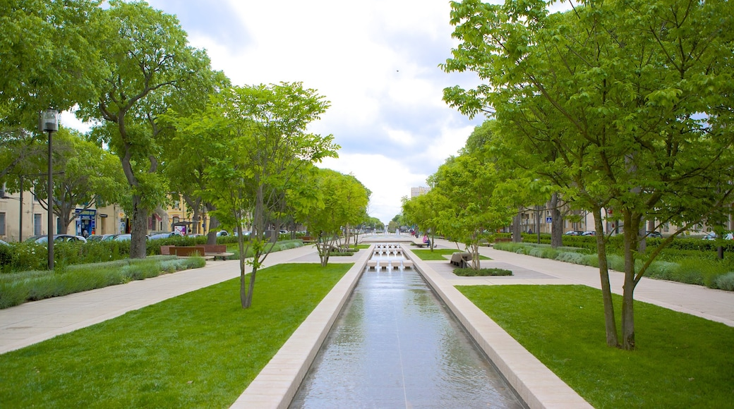 Nîmes qui includes jardin et rivière ou ruisseau