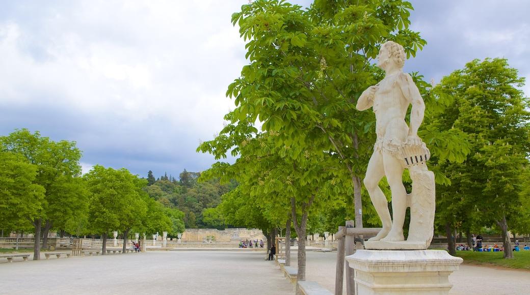 Nîmes montrant square ou place et statue ou sculpture