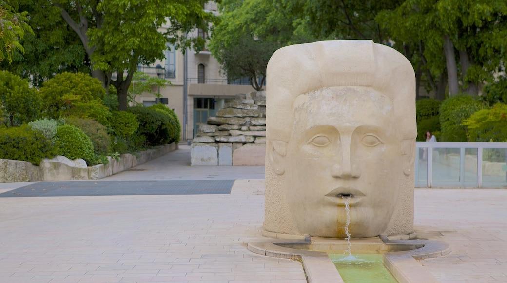Nîmes montrant fontaine, statue ou sculpture et scènes de rue