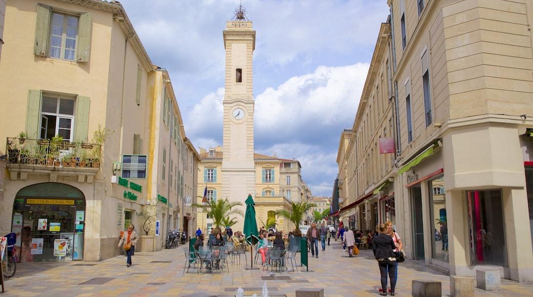 Nîmes montrant scènes de rue aussi bien que important groupe de personnes