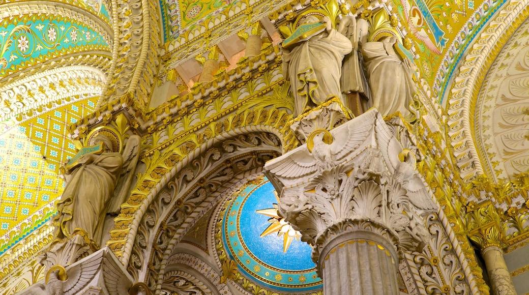 Basilique Notre-Dame mettant en vedette vues intérieures, patrimoine architectural et église ou cathédrale
