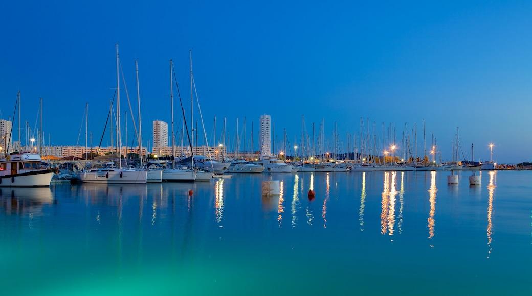 Tolone che include paesaggio notturno, giro in barca e barca a vela