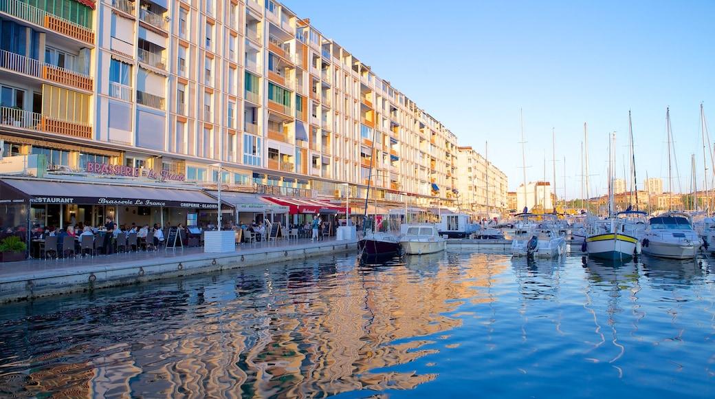 Marina di Tolone che include porto turistico, vista della costa e barca a vela