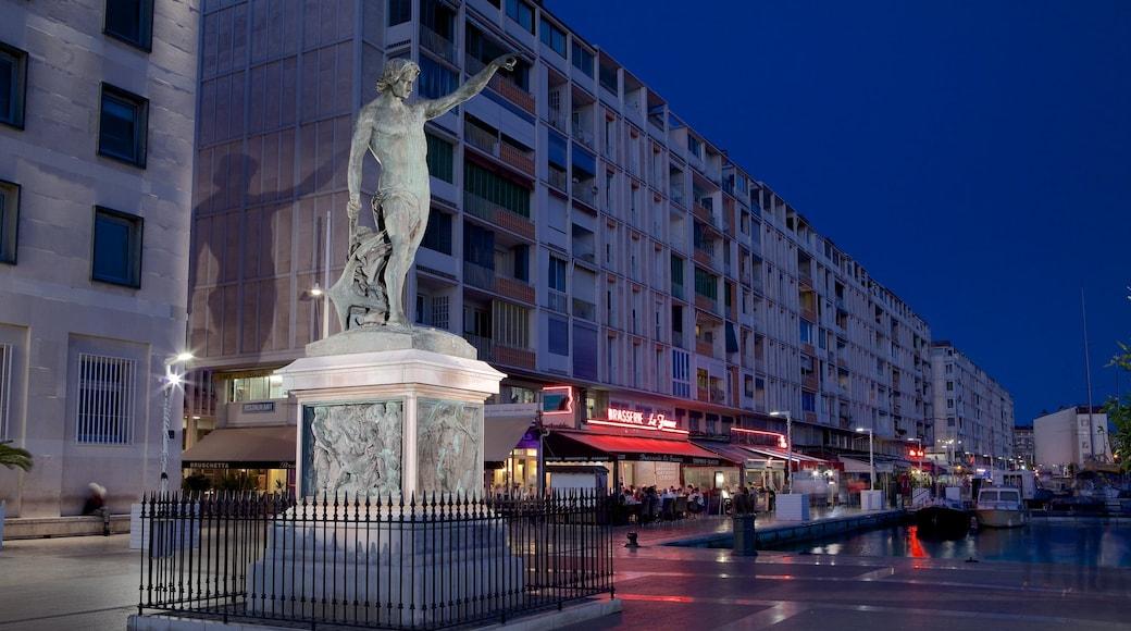 Marina di Tolone caratteristiche di paesaggio notturno, piazza e statua o scultura