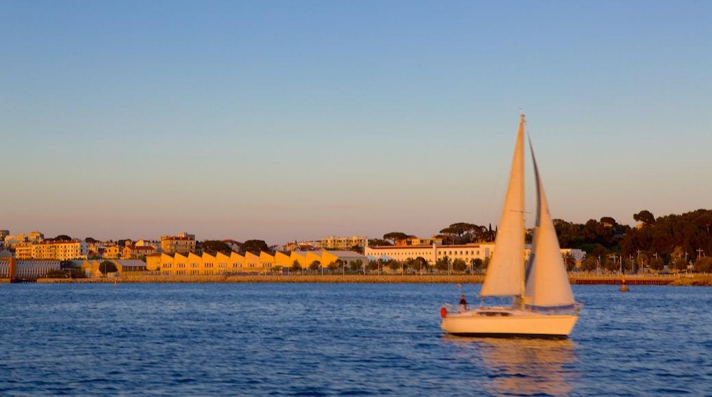 Toulon qui includes coucher de soleil, vues littorales et ville côtière