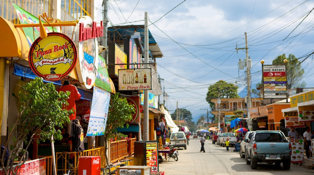 Panajachel ofreciendo señalización y escenas urbanas