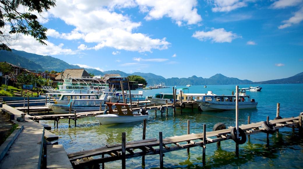 Panajachel mostrando paseos en lancha, una bahía o puerto y un lago o abrevadero