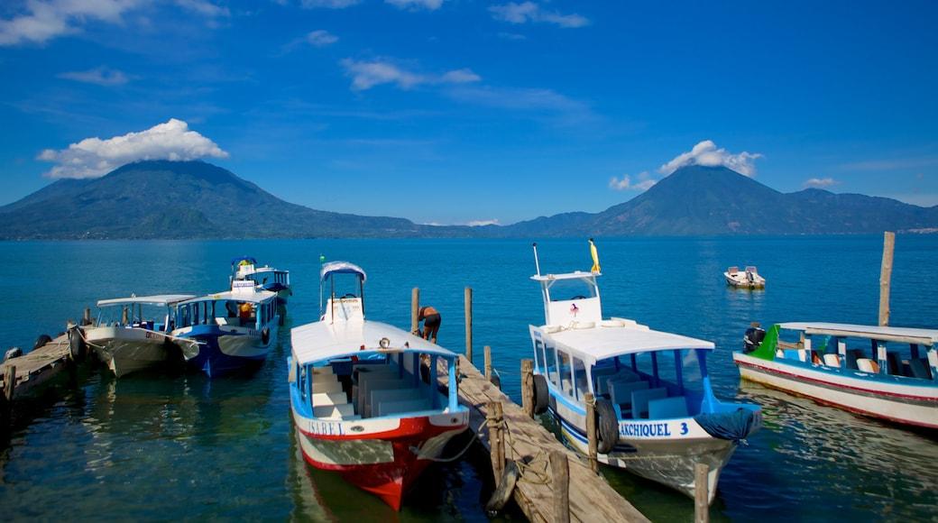 Panajachel que incluye un lago o abrevadero, una bahía o puerto y paseos en lancha