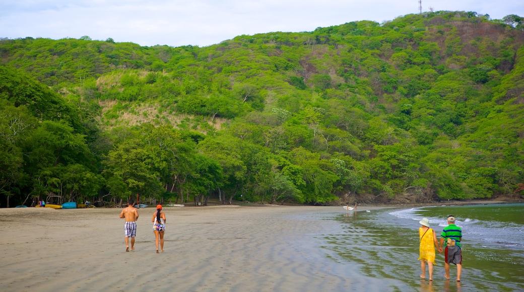 Playa Hermosa mit einem Berge und Sandstrand sowie kleine Menschengruppe