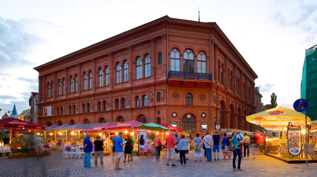 Old Town which includes markets, heritage architecture and street scenes