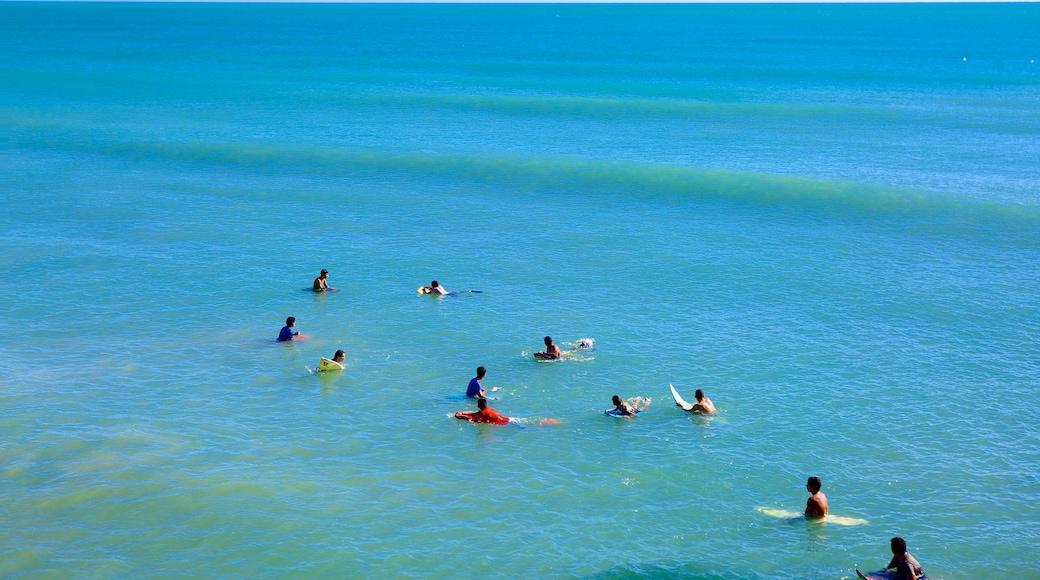 Fortaleza que incluye surf y vista general a la costa y también un gran grupo de personas