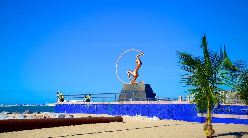 Fortaleza que incluye vista general a la costa y arte al aire libre