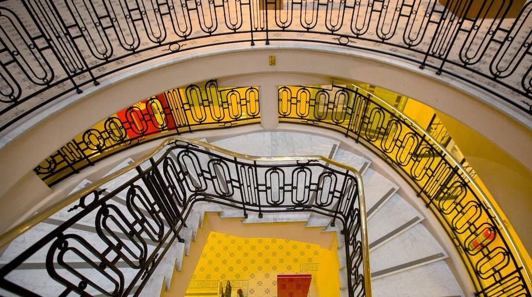 Santander Cultural que inclui arquitetura moderna e vistas internas
