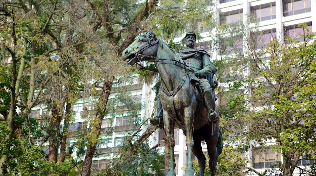 Porto Alegre que inclui uma estátua ou escultura