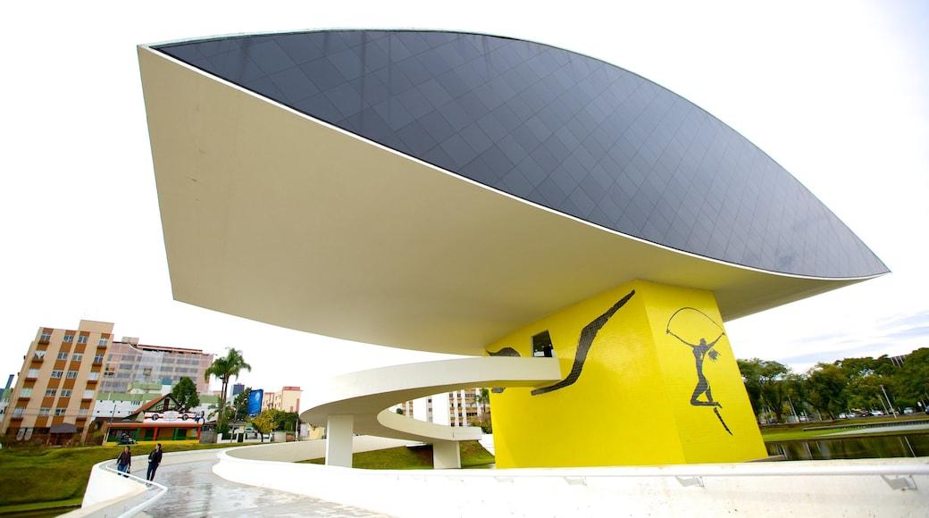 Museu Oscar Niemeyer que inclui uma praça ou plaza, cenas de rua e paisagens da cidade