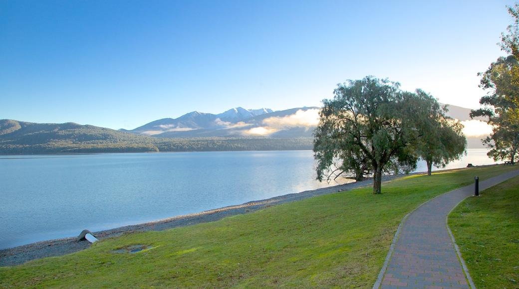 Te Anau showing a lake or waterhole
