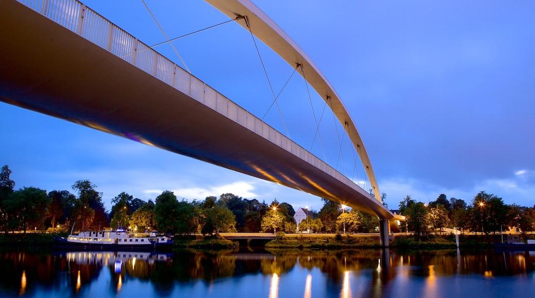 Maastricht fasiliteter samt bro og elv eller bekk