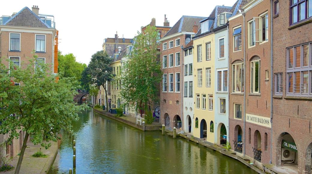 Utrecht caracterizando uma cidade pequena ou vila, uma casa e um rio ou córrego