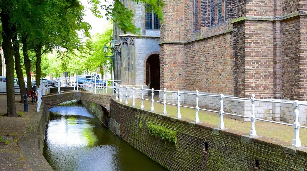 Oude Kerk mit einem Brücke und Fluss oder Bach