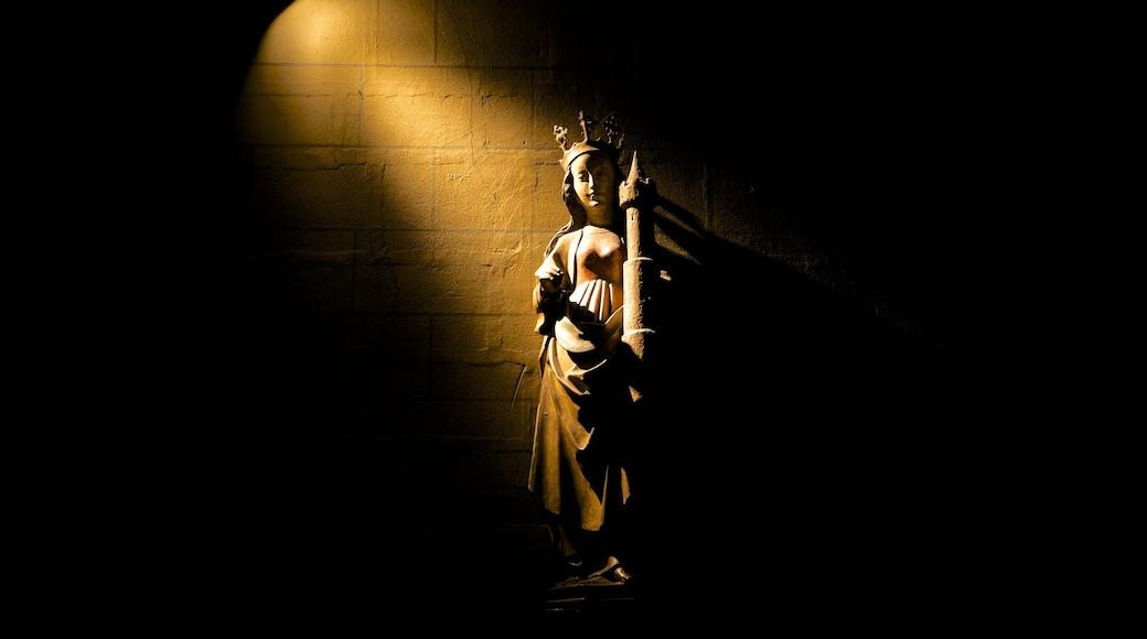 Onze-Lieve-Vrouwebasiliek welches beinhaltet religiöse Elemente, Innenansichten und Statue oder Skulptur