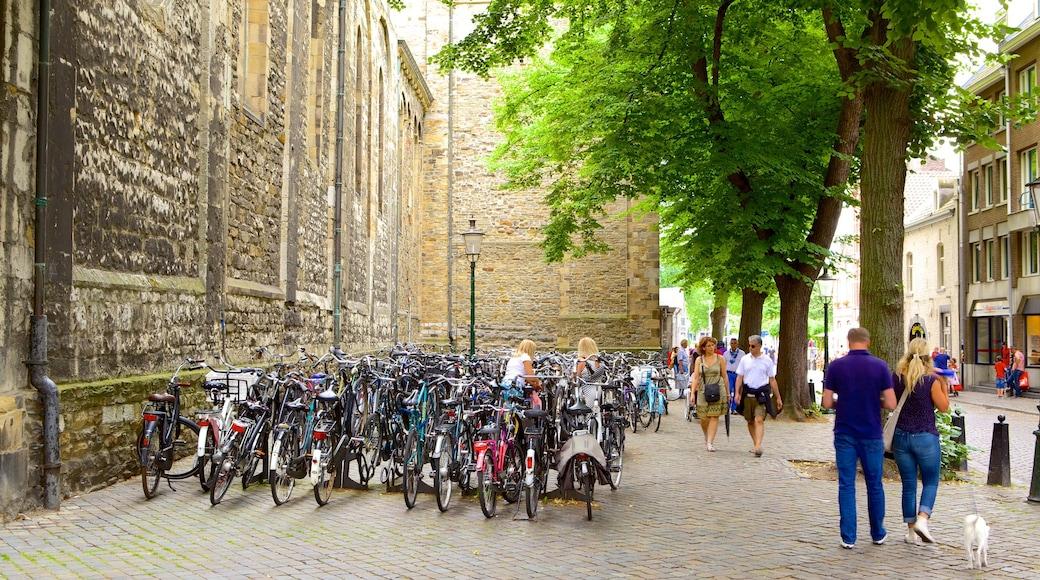 Onze-Lieve-Vrouwebasiliek das einen Fahrradfahren und Straßenszenen sowie große Menschengruppe