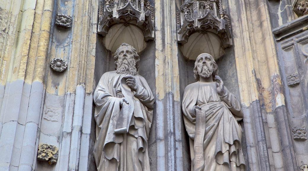 Basilica di San Servazio che include oggetti d\'epoca, chiesa o cattedrale e statua o scultura