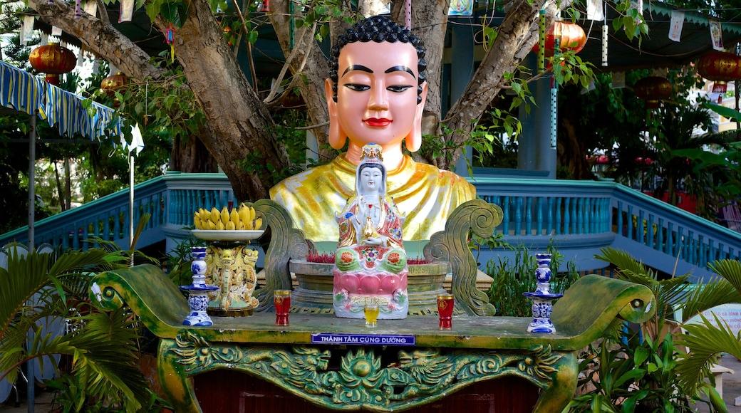 Linh Son Co Tu montrant éléments religieux, statue ou sculpture et temple ou lieu de culte
