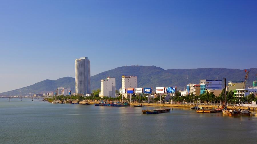 Da Nang showing a coastal town and landscape views
