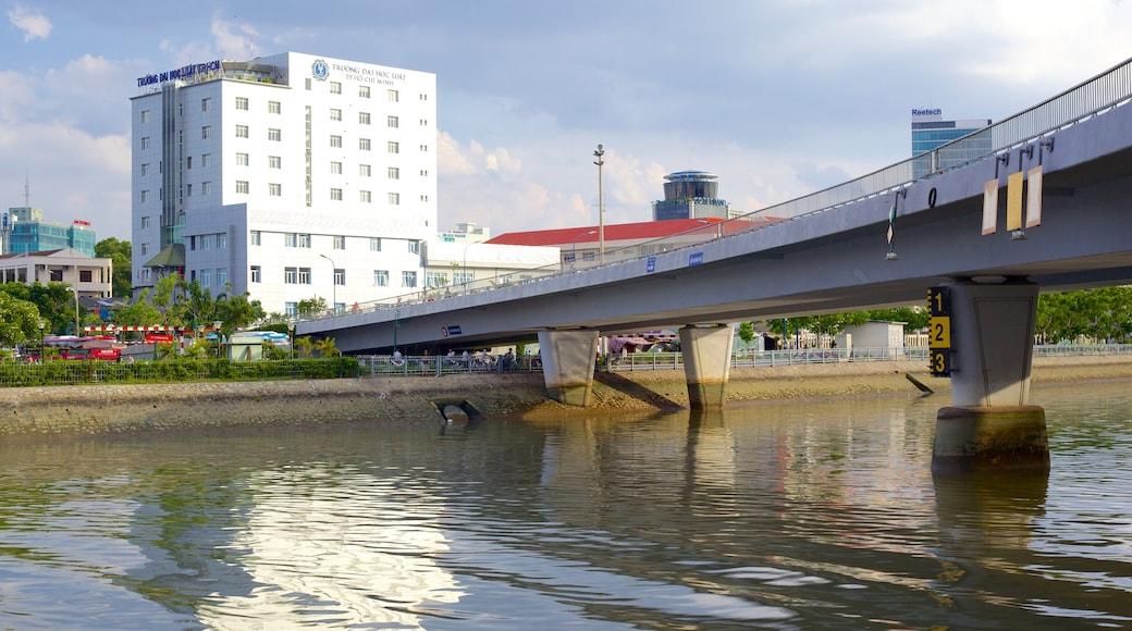 西貢河 呈现出 河流或小溪 和 橋樑