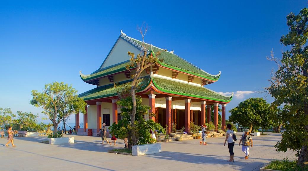 Núi Sơn Trà trong đó bao gồm đền chùa