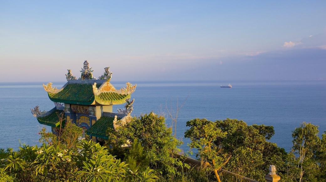 Núi Sơn Trà có tính năng đền chùa và cảnh bờ biển