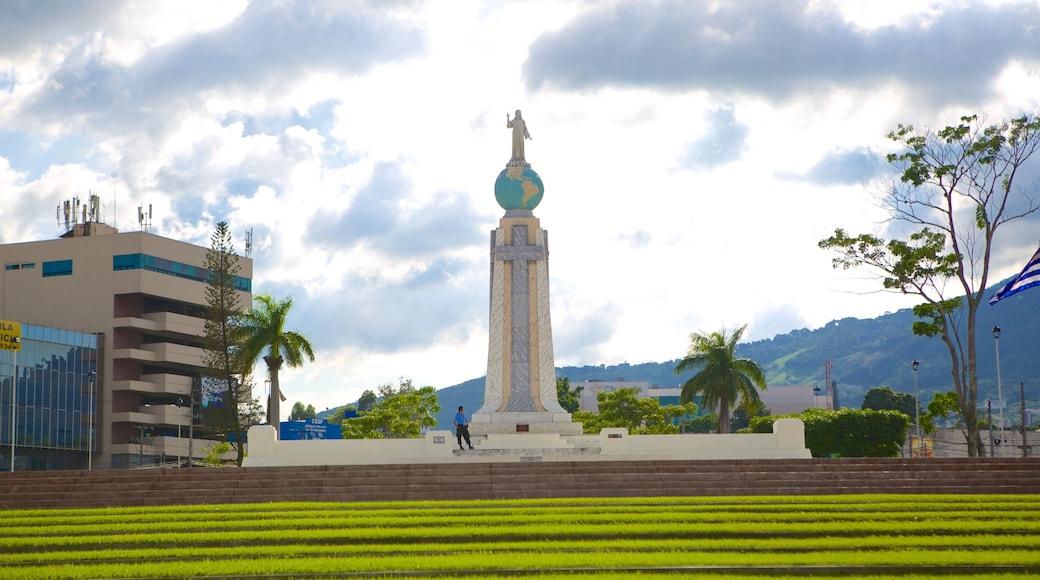 Monumento al Salvador del Mundo mostrando un monumento y un parque