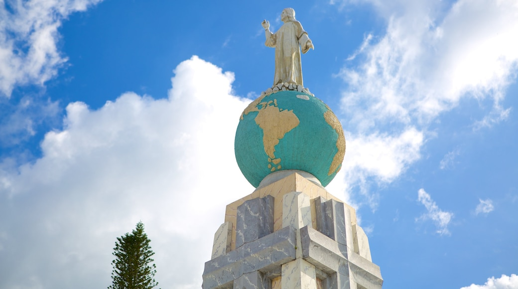 Monumento al Salvador del Mundo que incluye un monumento y una estatua o escultura